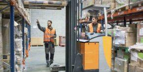 Caristes dans entrepôt de logistique e-commerce