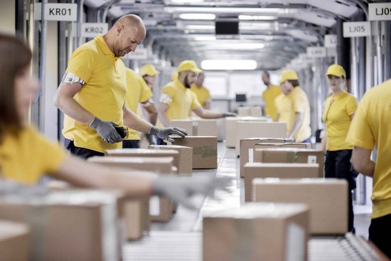 opération de logistique promotionnelle avec convoyeur